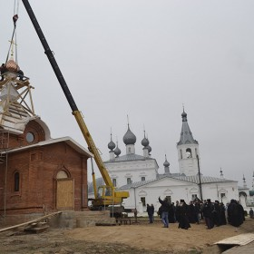 Установка куполов храма.