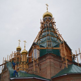 Необходимость распределения веса в сложной архитектуре храма.