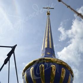 Навершия, шпили и купола храма больших размеров.