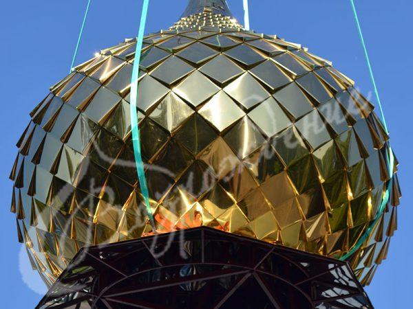 Монтаж купола храма сталью с напылением нитрида титана.