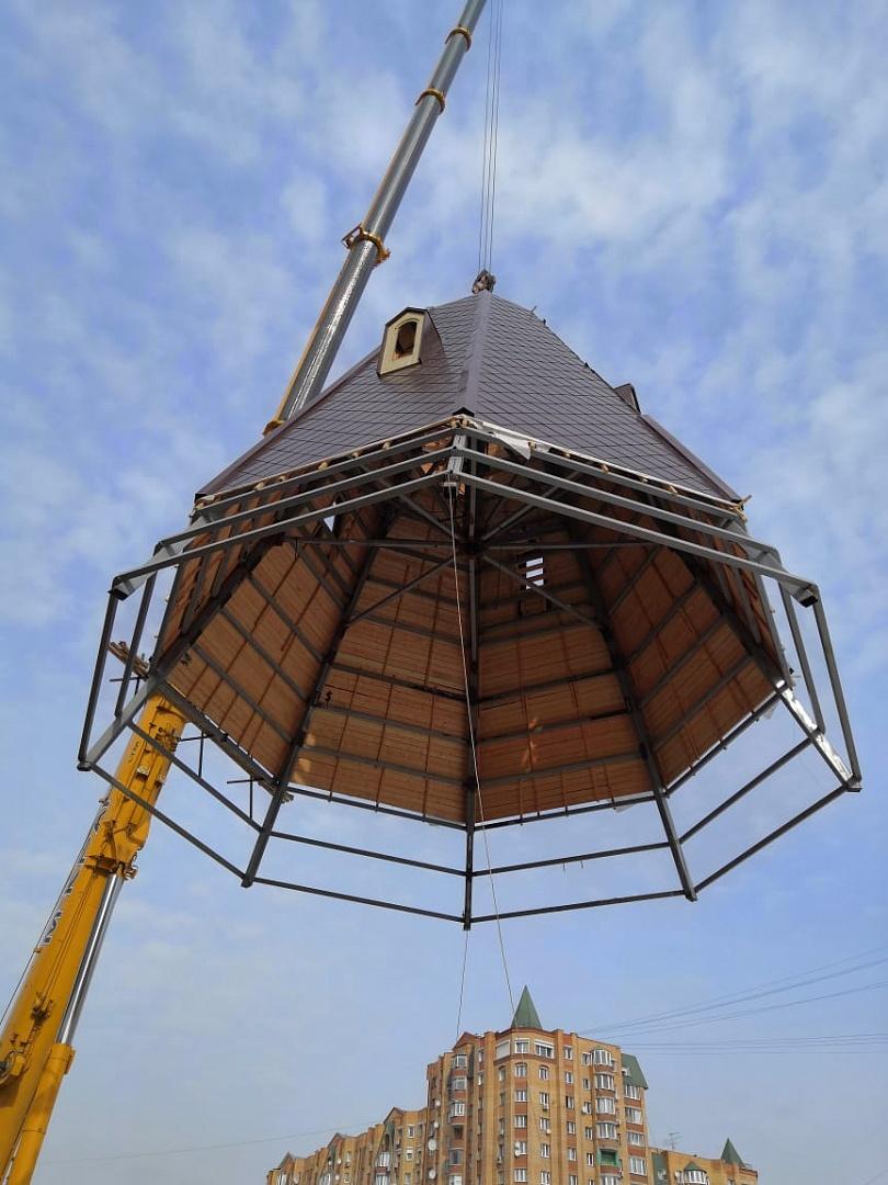 В феврале 2019 года мастера храмового строительства завершили первый этап по строительству навершия будущего храма в честь преподобного Серафима Саровского в столичном микрорайоне Дегунино.